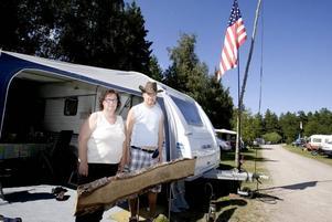 BESVIKNA. Yvonne och Bengt Jonsson har trivts bra under åren på Furuviks camping. Men nästa år styr de husvagnen åt något annat håll.