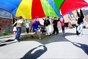 Lek med fallskärmen är populärt. Att skynda sig in under den så den blir en mysig koja var extra roligt, att döma av alla skratt och glada tillrop.