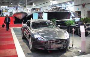 Elegant Aston Martin drar mässans snyggaste båt.