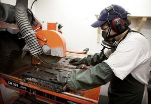 Teknikern Mikael Nilsson sågar itu de kärnstavar som ska skickas på analys, men ena halvan behålls av Nordic Iron Ore.