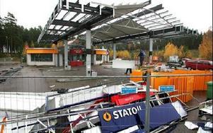 Statoil håller nu på att montera ner macken vid City Gross i Falun.FOTO: BERIT DJUSE