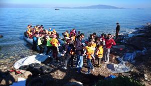 Båtlandning vid Katja söder om Mytilene. Livräddarna i Proem Aid går i vattnet och drar in dem, säkrar dem och hjälper passagerarna av. Därefter tar volontärer över och ser till att de blir varma och så torra det går.