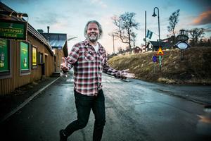 Ronny Juhlin berättar att fjällhotellet kommer att ha helöppet från slutet av december. Vecka nio, stockholmarnas sportlovsvecka, är redan fullbokad. Och han berättar om tågen som är ett samarbete med Visit Åre.   – Vi chartrar ett eget tåg där vi skjutsar och hämtar folk i Stockholm. Det går ju nästan inga reguljära tåg hit så då får vi göra det själva.