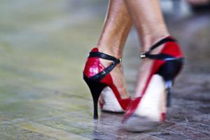 Fotarbete. Det gäller att hålla balansen, när som helst ändras riktningen och tyngdpunkten i argentinsk tango.