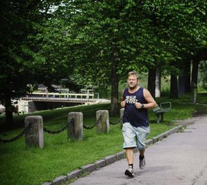 Att spring längs Gavleån på Hälsans stig har blivit populärt bland löparna på sommaren. Här kämpar Per Persson, 48, på i spåret.