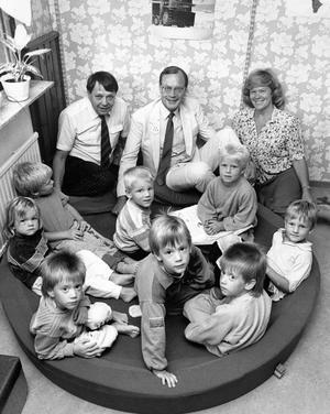 Olle Wärmlöf, c, t.v, Lars Luttropp, m, och Birgitta Nilsson, fp, bland barnen på det kooperativa daghemmet Busvisslan. En form av barnomsorg som de tre borgerliga partierna vill satsa på.