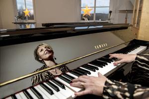 Musiken har alltid stått för glädje i Jessica Falks liv men efter två svåra förluster blev det svårt för henne att hitta tillbaka till de ljusa tonerna.
