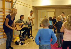 Med rörelser och sång värmde barnen upp för en ny termin på kyrkans barnverksamhet.