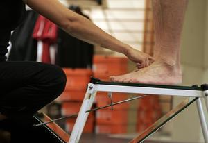 Fötter kan se väldigt olika ut. Här står en person på en spegellåda för att bland annat undersöka bredden på foten, hur fotvalven ser ut och hur vristen är.