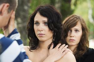 """Dubbelt bra. Tvillingarna Erica och Hanna Midfjäll som tvillingarna Tina och Cilla i """"Jag saknar dig"""". Den driver tidvis planlöst, men det är ingenting som kommer att bekymra en ung publik som får förlora sig handlöst i filmens emotionella hav."""