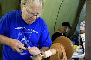 Kurt-Erik Wessling visar ett gammalt hantverk, hur man svarvar en fingersnurra.