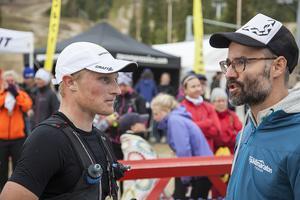 Jens Burman och Petter Bromee från tävlingsledningen i samspråk efter Jens Burmans målgång.