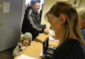 Embla Klockars Östlund, fem år, shoppar loss på bytardagen tillsammans med lillasyster Ottilia och pappa Henrik Östlund.