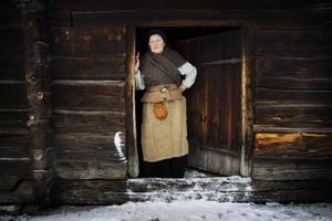 Gestgivarmor Gönil rörde om i ärtsoppan och berättade om Karoliners sätt att äta och frakta mat.