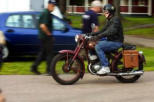 Motorcykel. Borlängebon Kennet Ingesson har haft sin Tempus i några år. Ramen är från Katrineholm och 150-kubiksmotorn är tjeckisk och från 1950. Foto:Mattias Nääs