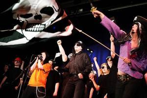 Ett piratnummer. Björn Höglund håller flaggan.