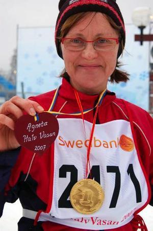 Åkte ensam. Agneta Buskas, Gotland, fick ett rött hjärta av sin make när hon gick i mål.