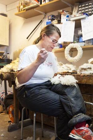 I Pernilla Salomonssons garveri i Bruksvallarna tar hon hand om skinnet och bereder det själv. Sedan gör hon fällar och annat som hon hittar på av skinnet.