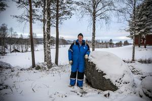 På höjderna i bakgrunden på bilden finns planer på ytterligare en vindkraftpark. Torbjörn Eriksson är en av de som tycker att det får räcka nu. – Jag bodde tidigare i Brunflo, och där kämpade vi mot planerna på förbifarten av vägen. Så flyttade vi hit, bakom och bortom allt, och så hamnade vi mitt i det här, säger han och skrattar lite uppgivet.
