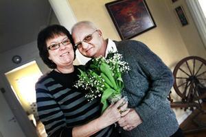 Till min fru. Rune Karlsson skrev till Arbetarbladet och önskade att hans fru Anita skulle få tulpanbuketten. De båda väntar nu på operation då Anita ska donera en av sina njurar till Rune.