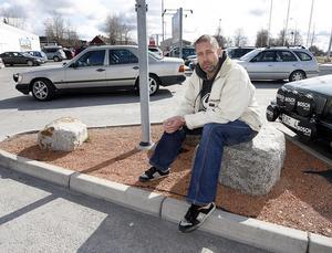 """""""Här ville mannen som skulle hyra min husbil träffas, vid parkeringen på Ica Kvantum. Nu har husbilen varit försvunnen i sex månader"""" säger Peter Martinek."""