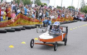 Josef Häggblom rullar ned mot mållinjen i full fart.