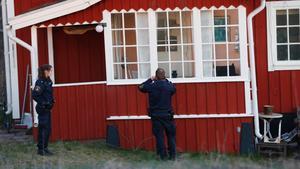 Polisen sökte efter boende.