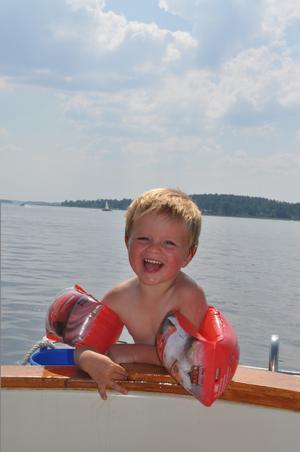 Bland det bästa som finns när man är tre år är att bada från gudfars båt en solig sommardag. Att dessutom vara vid Björnöns badplats gjorde det hela ännu bättre.