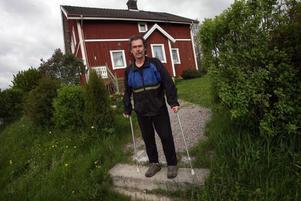 Kalle Eriksson, 56 år, fick vänta länge på sin höftledsoperation. Kanske hade det gått fortare om han sökt sig utomlands.