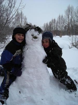 Sann kärlek till snö. Västsjön, OfferdalAlfonso och Gabriel är överlyckliga över efterlängtad tösnö, 9/3 2010.