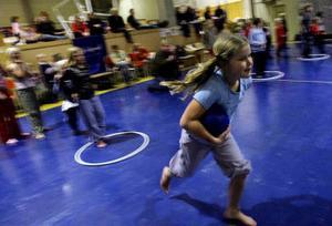 Ebba Åslin ger gärnet i stafetten som leddes av gladiatorn Plexus, för att inspirera barnen att röa på sig mer.
