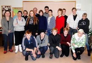Här är en del av ungdomarna som läser jägarexamen i skytteklubbens regi.Foto: Rolf Pellving