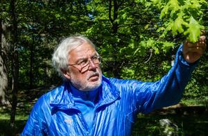 Att vara ute i naturen och röra på sig är Nils-Erik Hjelmers melodi. Han brinner för frisksport och att var och en motionerar efter förmåga. Därav hans initiativ att ploga en snöfri bana på Mälarisen. En viktig princip för Nils-Erik är att tillträde till isbanan ska vara gratis.