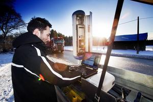 Här installerar trafikpolisen Daniel Dackell en mobil hastighetsövervakningskamera vid Stav norr om Hedesunda i februari 2011.