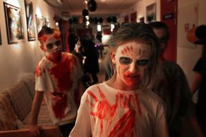 Julius Jansson och Hampus Gustafsson, till vänster, var två av de skräckinjagande zombies som smög runt på Folkan.