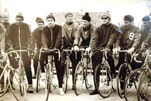 CYKLISTER. Träning i cykelklubben eller motionsdags på arbetet. Frågan är vilka som har grenslat ramarna.