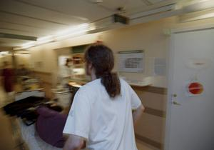 Biträden ska enligt förslaget avlasta sjuksköterskor med enklare sysslor.