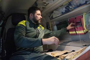 Inför arbetspasset går Anders Grönlund igenom bilen och all utrustning för att se till att allt är i ordning.