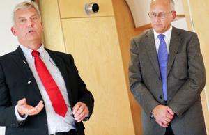 Anders Bruse ansvarig för teknikskiftet, till vänster, beräknar att det normala antalet berörda i respektive kommun ligger kring 150 kunder. Till höger Björn Berg, informationsansvarig.