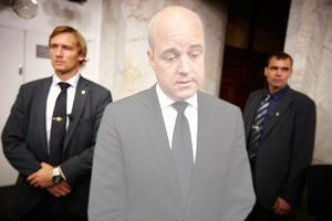 Osynlig. Stadsminister Fredrik Reinfeldt höll en presskonferens 23 juli med anledning av terrorattackerna i Norge. Sedan dess har han i princip varit osynlig anser Arbetarbladets politiska redaktör.
