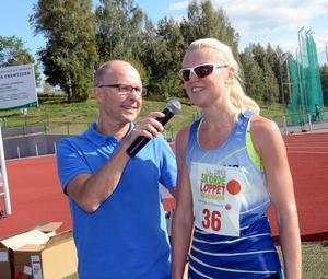 Snabbaste tjejen på tio kilometer var Sofie Däumichen från Avesta. Här intervjudad av Peter Lidholm.