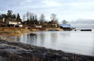 Det omstridda båthuset i Bönan får vara kvar om det byggs om, säger länsstyrelsen.