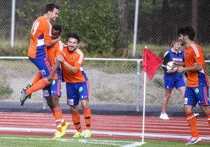 Daniel Ölander,  Dariq Fouad,  Ali Reza och Hamode Hussein firar 1–0-målet.