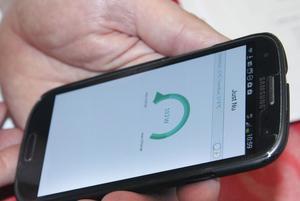 Det finns appar till mobilen som visar strömförbrukningen varje ögonblick.