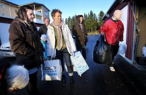Ingela Karlsson-Rydam (i vitt) skänkte bort en mängd hygienartiklar till flyktingförläggningen på Frösön.