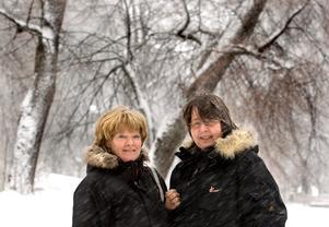 """""""Vi hoppas att vanligt folk, som vill att det ska få finnas varg i skogarna, ska komma till demonstrationen i Örebro den 4 februari. Det behövs en motvikt till den starka jägarlobbyn som vill ha bort vargen"""", säger Lena Bohman Nilsson till vänster och Iréne Södergren."""