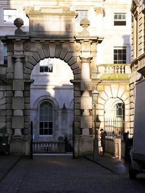Passage mellan Somerset House och King's Collage i centrala London. Prestigeuniversitet som råkade ut för våldsam kritik när de avskedade lärare som inte lyckades attrahera tillräckligt med sponsorer.