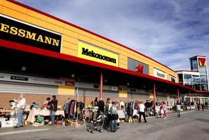 Som tillfälliga småbutiker radade loppisstånden upp sig under de mer kända butikernas varumärken vid Valbo köpcentrum.