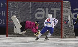 Patrick Kaemmerlé räddar framför Västanfors Fredrik Rydberg.