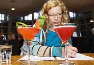 Marika Sandberg i juryn synar Mikael Ternqvists vinnande drink till vänster på bilden och en av konkurrenternas.